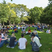 Internationale studenten aan de picknick in het Van der Werfpark.
