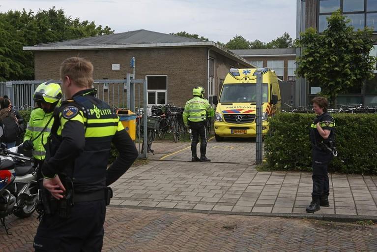 Leerlinge Coornhert Lyceum onder politiebegeleiding naar ziekenhuis na val bij streetjump-les in Haarlem