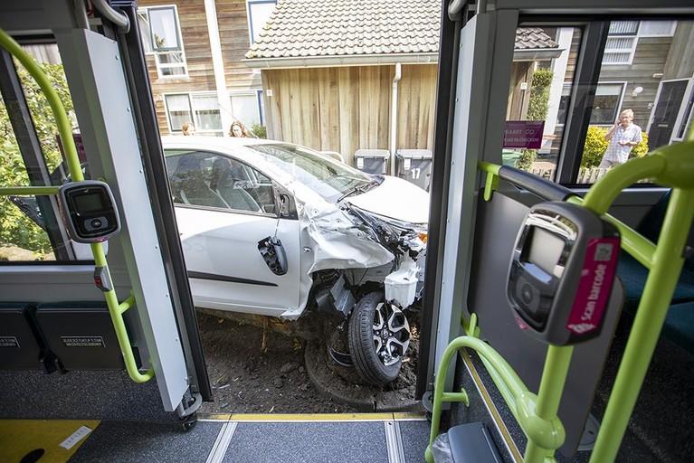 Buschauffeur gewond bij botsing met geparkeerde auto in Haarlem