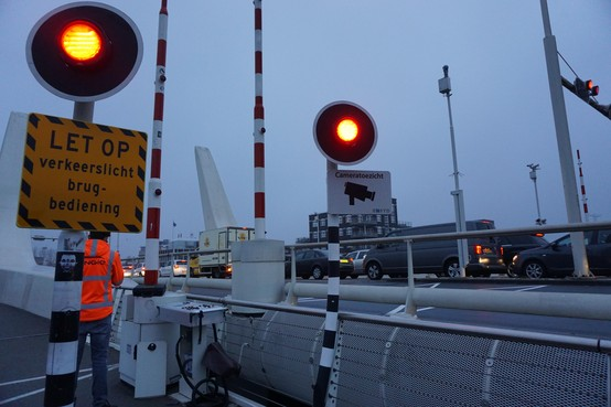 Handbediening bruggen Zaanstad begint met storing Prins Bernhardbrug