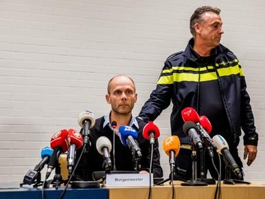 Hans Faber, oom van Anne, en politiewoordvoerder Bernhard Jens tijdens de persconferentie over de vondst van de vermiste Anne Faber.