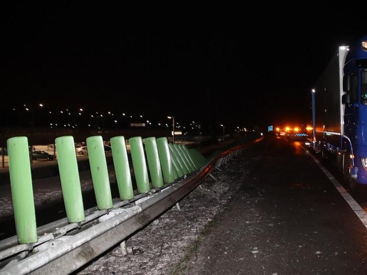 Veel schade op A44 na raken vangrail bij Sassenheim