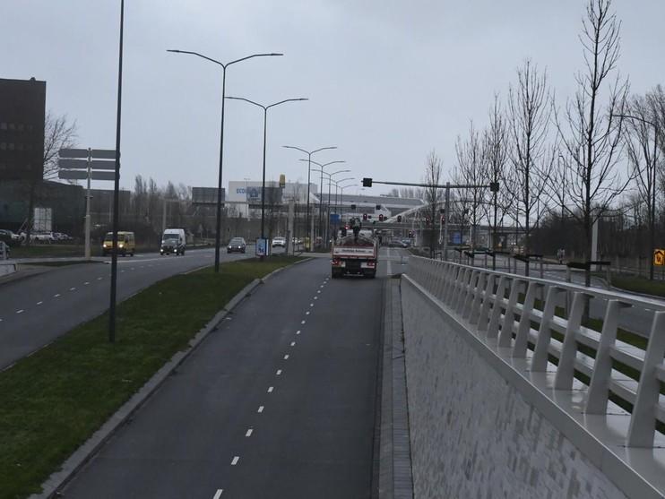 Plesmanlaan Leiden dicht vanwege gevallen dwarsbalk