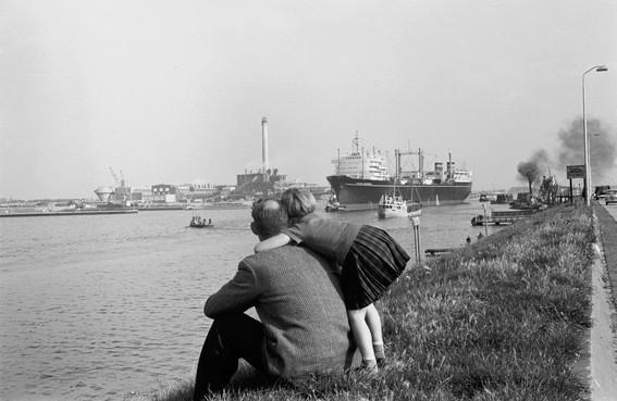 Velsen Vroeger: walvisvaarder langs IJmuiden