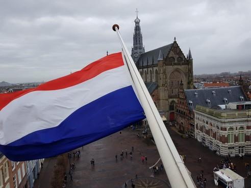 Vlag op stadhuis Haarlem halfstok na drama in Christchurch