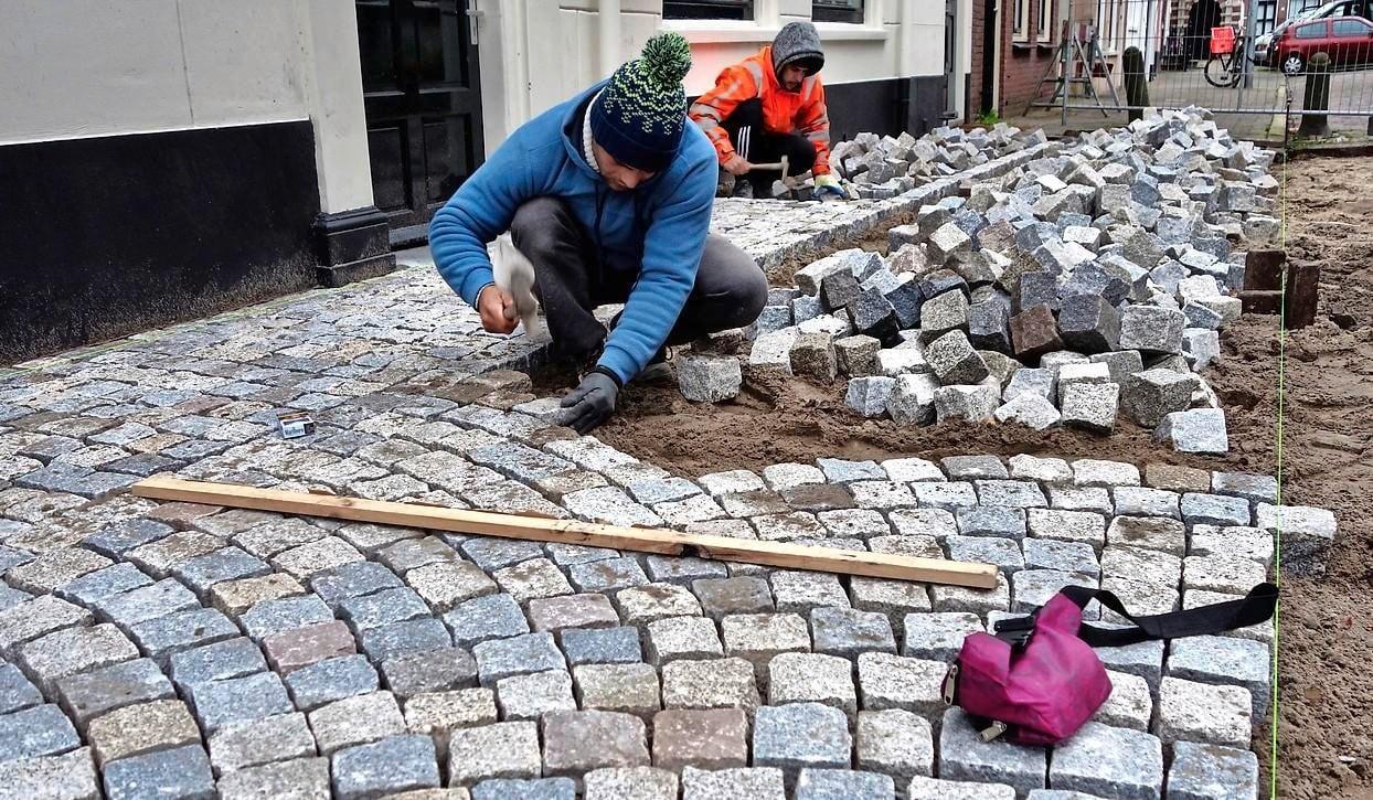 Portugezen straten met 'eigen' graniet als voorproefje nieuw Kerkplein Hoorn - Noordhollands Dagblad