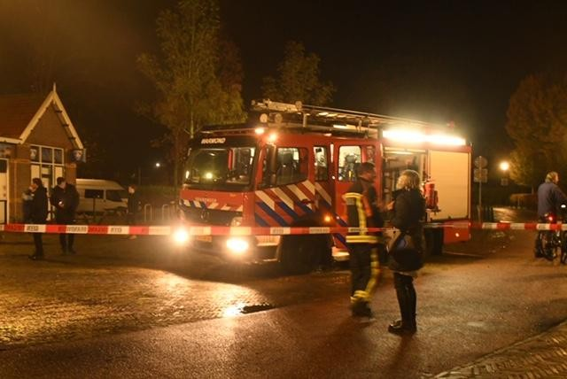 Vuurwerkbom in gemeentehaven Warmond, gat in wegdek Koudenhoornbrug