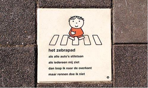 Nijntje-tegels bij zebrapaden in IJmuiden