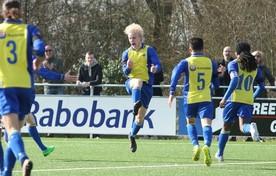 Stefan Smal viert zijn late doelpunt tegen koploper Purmersteijn.