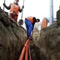 Bedrijven die kabels en leidingen exploiteren, verhalen de precario op de gebruikers.
