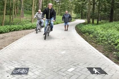 Duidelijkheid op fiets-wandelpad in duinen Santpoort-Noord door verwijstegels