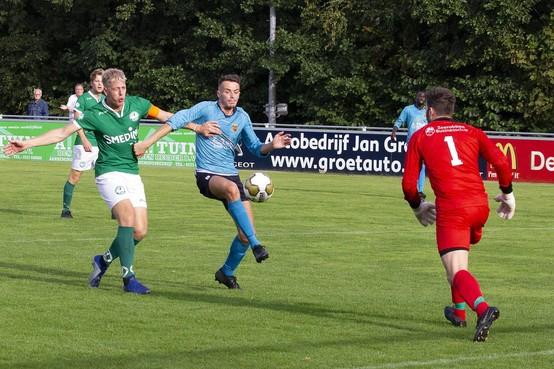 Jermaine Bregita wordt als waarschuwing aan de kant gehouden bij FC Den Helder dat verder gaat in beker