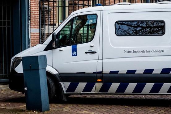 Arrestantenbewaarder uit Nieuw-Vennep krijgt geslachtsziekte aan oog na rochel van verdachte en is bijna blind
