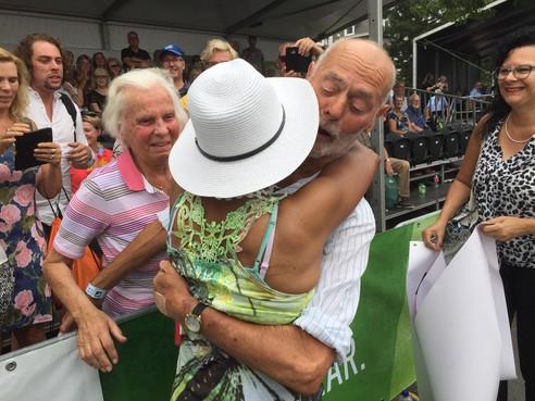 Dick Koopman (88) als held ingehaald op de Via Gladiola, 'Nu even zitten en een biertje'