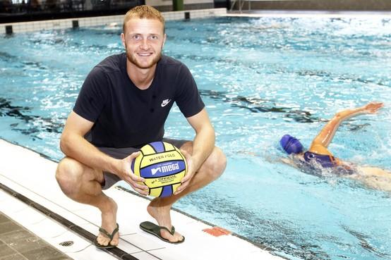 Mike Havekotte is doelman van ADO Den Haag én coach van de waterpolosters van HBW