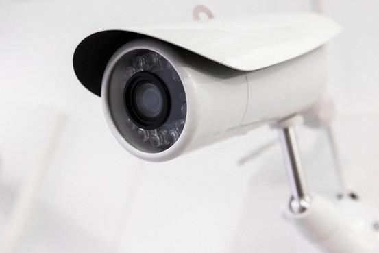 Videocamera met microfoon in de achtertuin, mag dat? Leidse buren spannen kort geding aan