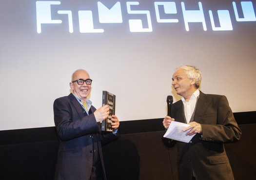 Joost Swarte ontvangt eerste exemplaar Haarlem Filmstad