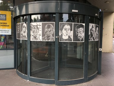 Boven: drie portretten. Onder: De volgeplakte draaideur.