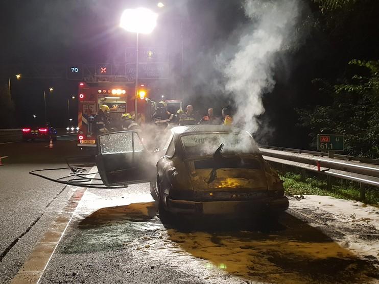 Sportwagen brandt uit op A9 bij Uitgeest [video]