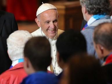 Bloemen voor de paus gezegend op transport