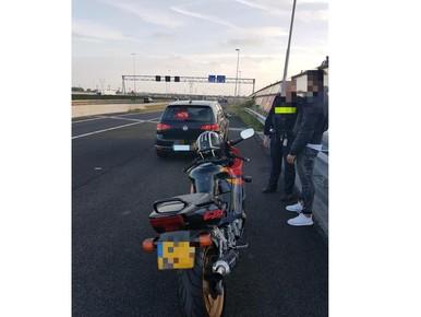 Rijbewijsloze motorrijder betrapt op A4 bij Hoogmade