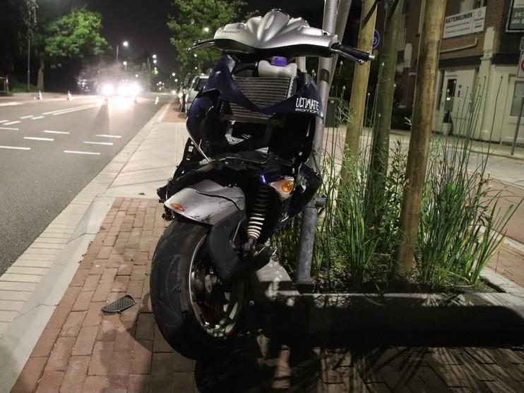 Veel schade bij botsing scooter en auto in Hillegom