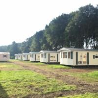 De chalets in het bosgedeelte op recreatiepark De Horn staan inmiddels leeg. De illegaal gehuisveste arbeidsmigranten zijn er vertrokken.
