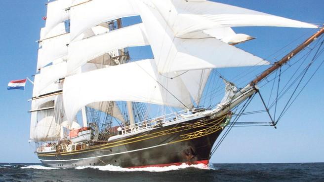 De crew van clipper Stad Amsterdam krijgt een hotelboot in het natte dok op werf Willemsoord