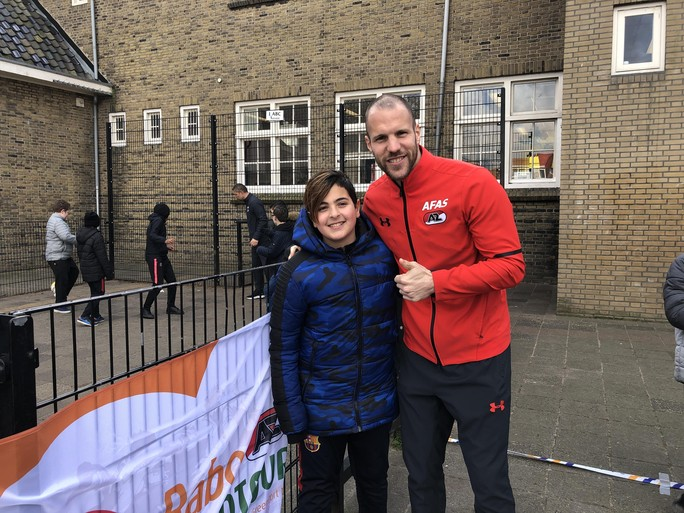 AZ'er Ron Vlaar juichend ontvangen in 'foodtour' Zaandamse school In 't Veld [video]