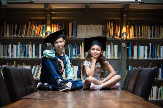 Museumjeugduniversiteit: nieuwsgierige kinderen in collegebanken van museum In 't Houten Huis in De Rijp