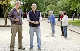 Peter Whiskie en Hans Akkerman, ex-voetballers van FC Hilversum, spelen tegenwoordig pétanque.