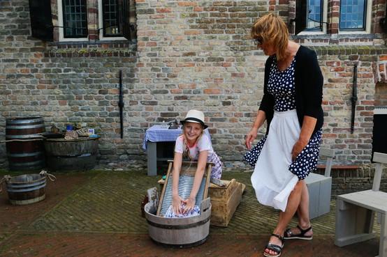 Trotsmarkt bij kasteel Radboud in Medemblik: De eerste wasmachine op meisjeskracht