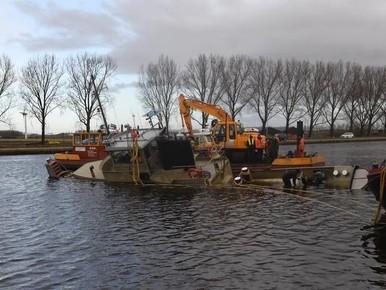 Sleepboot 'Zeetijger' gaat in Leimuiderbrug ten onder aan een windvlaag