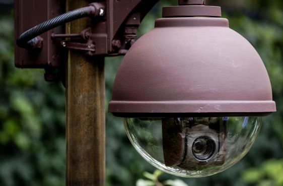 Uitspraak kort geding: camera in tuin van buren mag blijven hangen