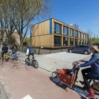 De flat moet op de plek van de tijdelijke woningen en voormalige school De Springplank komen.