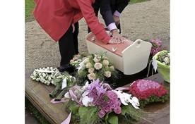Natasja Geyteman en haar man met het kistje van hun overleden kind indertijd op de begraafplaats in Katwijk.