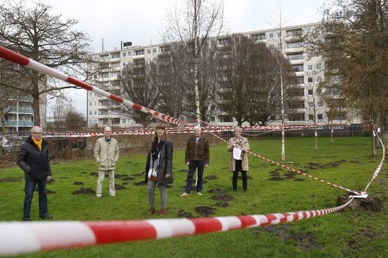 Gemeenteraadsleden en omwonenden van voormalige Jan Woudsmaschool in Weesp krijgen presentatie over bouwplan Sinnigvelderstraat