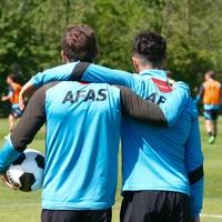 Alireza Jahanbakhsh (rechts) kijkt met Stijn Wuytens toe tijdens een training van AZ.