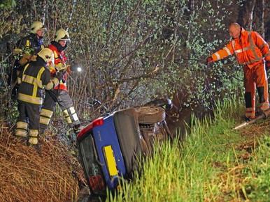 Nachtelijk ongeval: op de kop in sloot in Blaricum