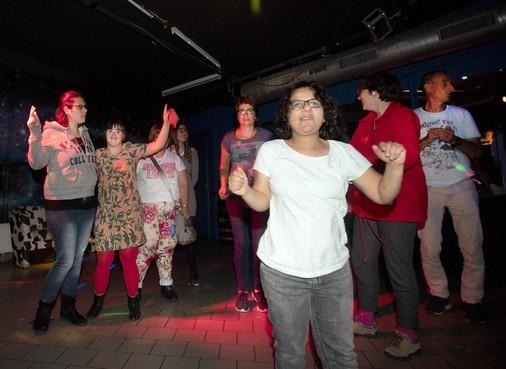 Polonaise op Guus Meeuwis en Ali B tijdens g-disco