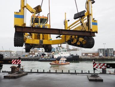Takelen op ponton in IJmuiden.