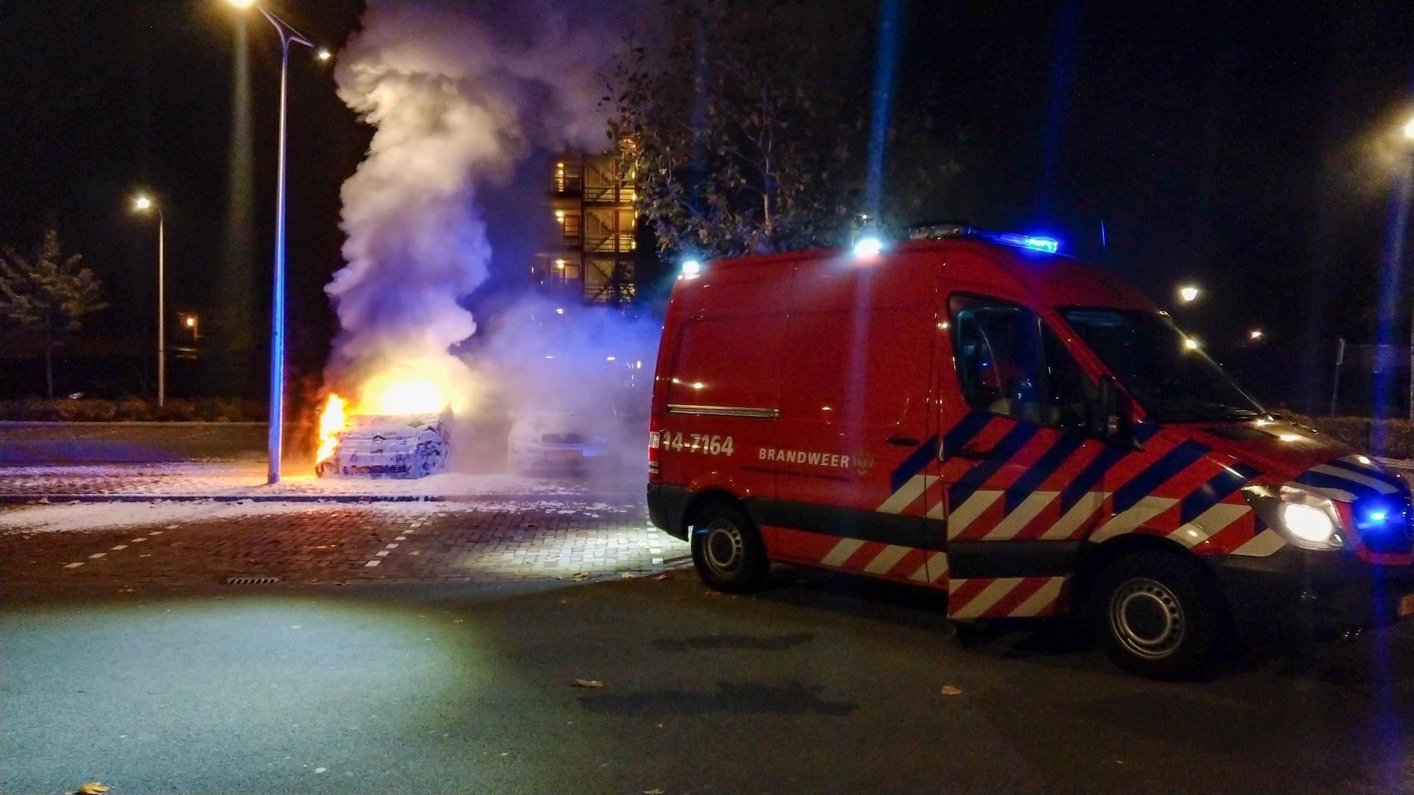 Auto verwoest door brand in Hilversumse wijk Kerkelanden - De Gooi- en Eemlander