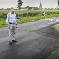 Jan Krijnen bij een van de rommelige stukken nieuw asfalt op de Leidsevaart bij Vogelenzang. ,,Goedkoop is duurkoop.''