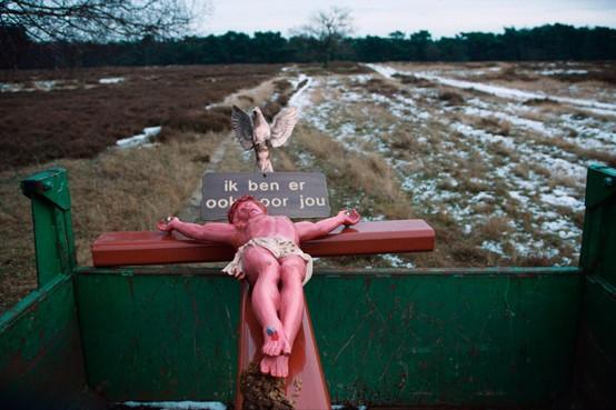 Kijk van Kastermans: Een kruis op de winterse heide