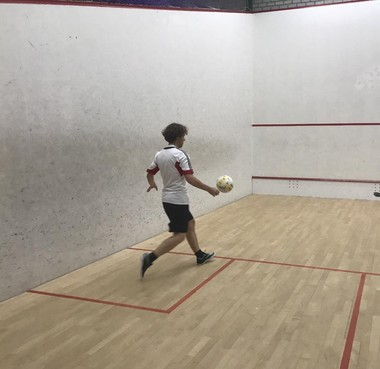 SoccerSquash nieuwe balsport in Huizen: voetballen op de squashbaan