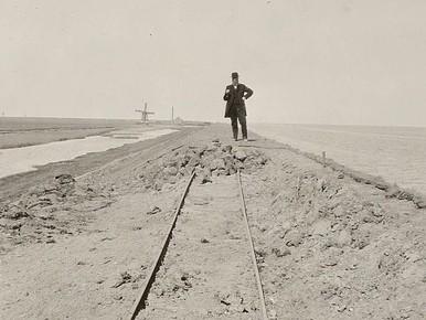 Opzichter Okko Bosker inspecteert de werken aan de zeedijk van de polder Waard-Nieuwland, 1917.
