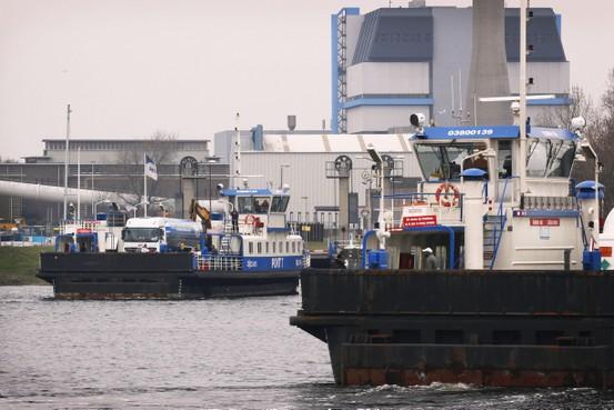 FNV op ramkoers: 'Pont Velsen staakt mee'. Velsen spant rechtszaak aan