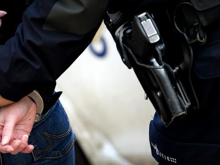 Drugsbezitter rent weg na aanhouding en mishandelt agenten