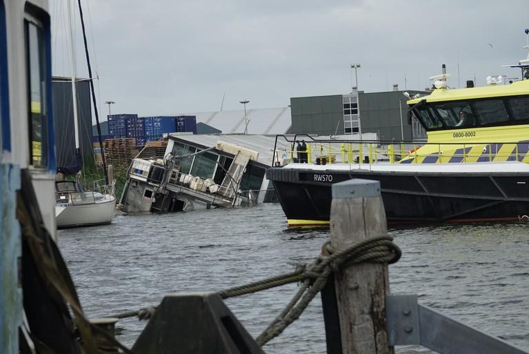 Partyboot door storm deels gezonken in Zaandam