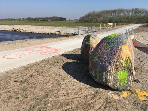 500 miljoen jaar oude zwerfkeien op Texel met verf beklad
